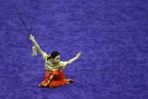 Forma Wushu con spada in una competizione
